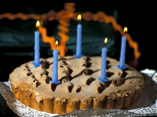 Ein Kuchen mit fünf Kerzen darauf.