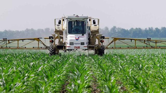 Traktor versprüht Unkrautvernichter