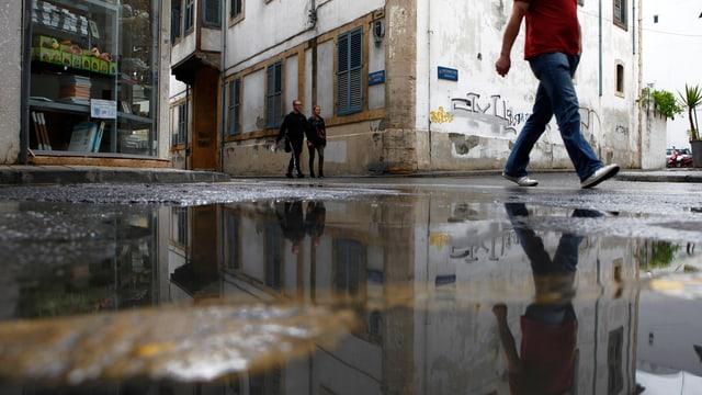 Ein Mann läuft durch die Strassen Nicosias.