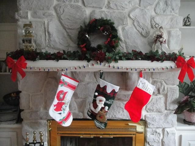Weihnachtsstrümpfe über dem Kamin