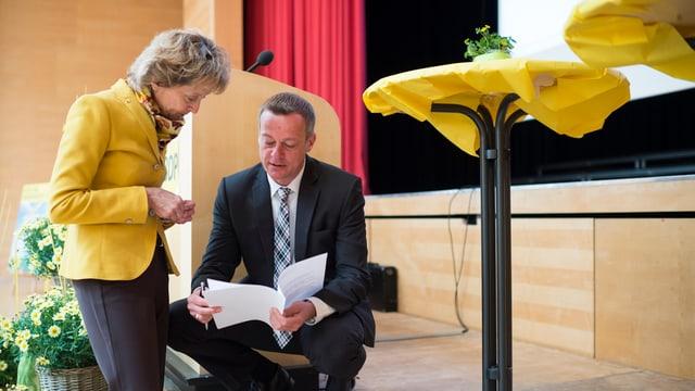 Cussegliera federala Eveline Widmer-Schlumpf en discurs cun il president da partida Martin Landolt.