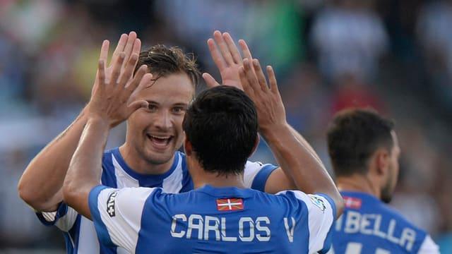 Haris Seferovic klatscht sich mit Carlos Vela ab.