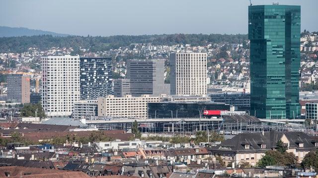 Der Prime Tower in Zürich. Rund um den Turm sind viele Gebäude.
