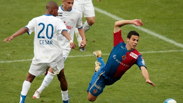 Fussballspieler wird gefoult.