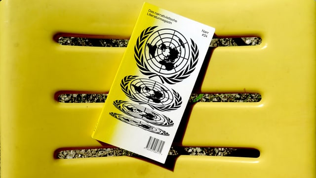 Das Narr Magazinliegt auf einem Plastikstuhl.