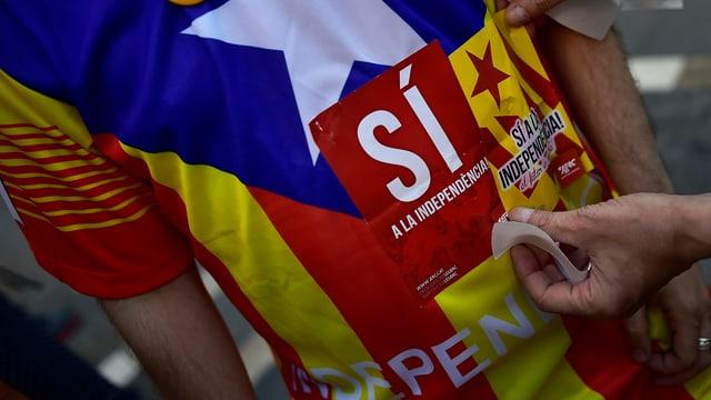 Person in T-Shirt mit katalonischer Flagge und dem Schriftzug Sí
