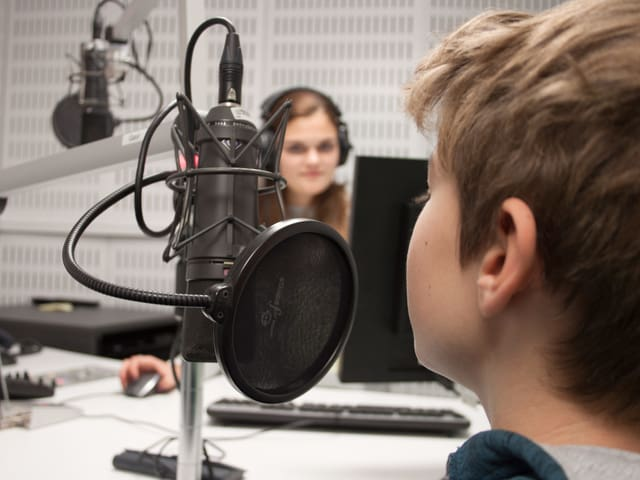 Kind am Mikrofon.