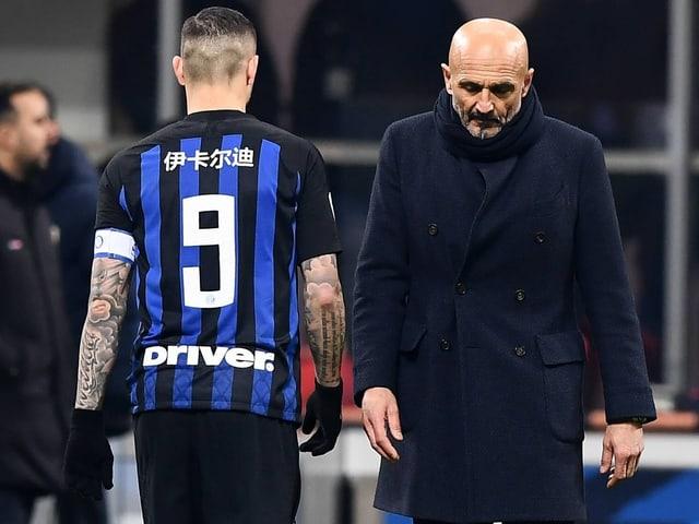 Mauro Icardi (links) und Trainer Luciano Spalletti laufen aneinander vorbei