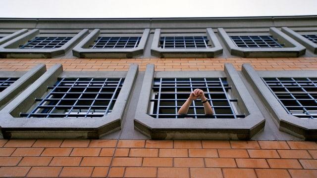 Gefängnis, Häftling hält Hand aus dem Fester