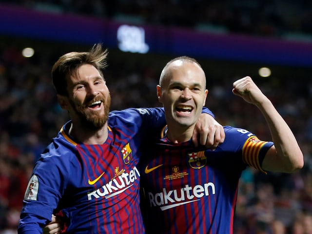 Lionel Messi und Andres Iniesta freuen sich nach dem 4:0.