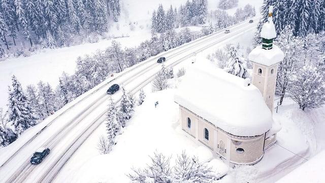Schneebedeckte Strasse
