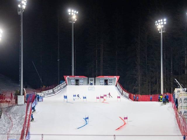 Ein Parallel-Skirennen unter Flutlicht.