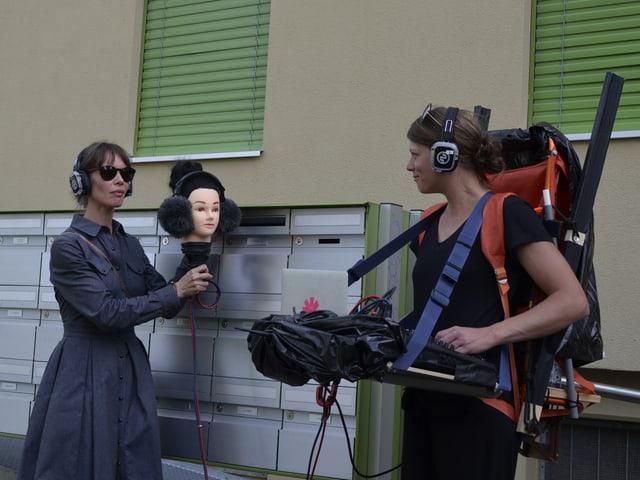 Schauspielerin mit Maske, Tontechnikerin