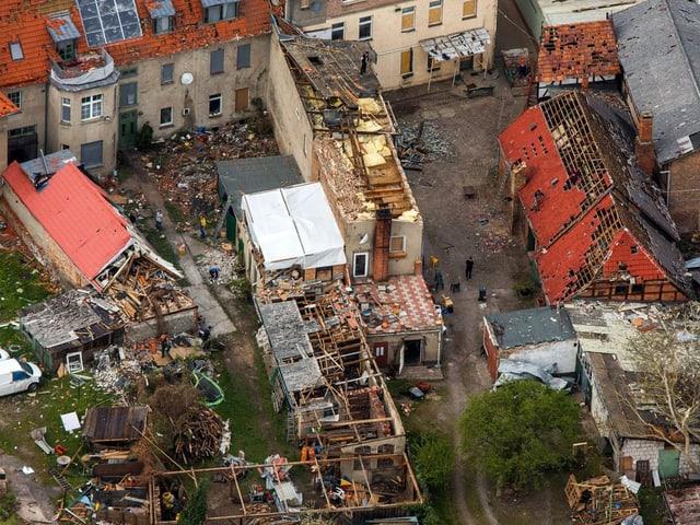 Zerstörte Häuser von oben gesehen.