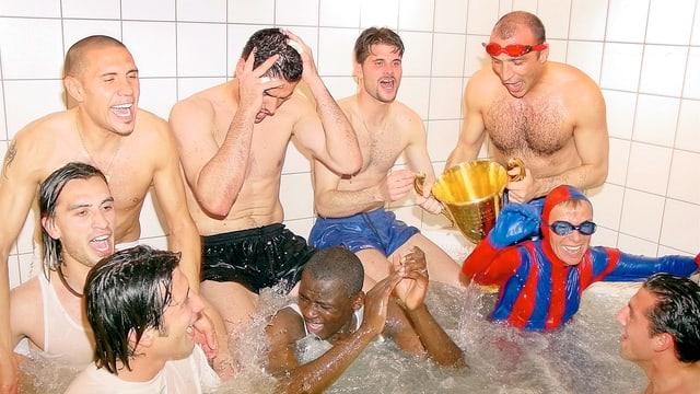 Die Spieler des FC Basel feiern ihren Meistertitel mit Mäzenin Gisela Oeri im Whirlpool.