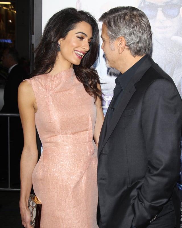 Amal und George Clooney schauen sich verliebt an