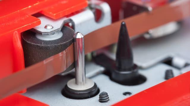 Blick ins Innere eine Kassengeräts mit Tonkopf und Magnetband.