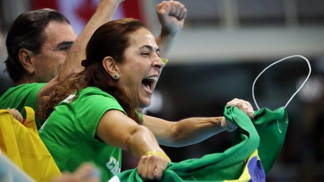 Brasilianische Fans feuern ihre Lieblinge an