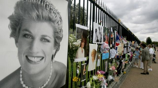 Ein Foto von Diana, daneben Blumensträusse und Trauerkärtchen