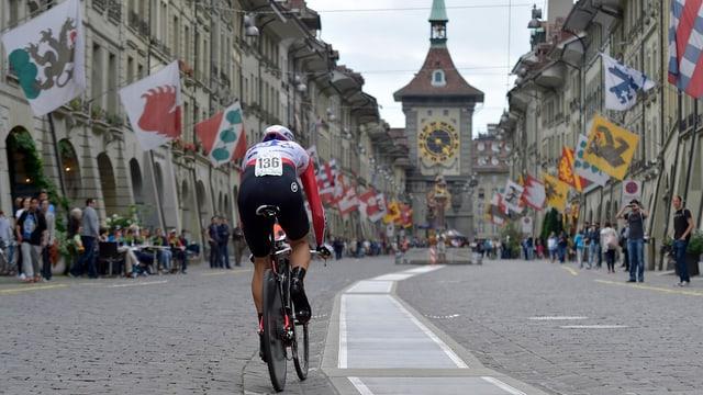 Ein Radfahrer pedalt der Berner Zytglogge entgegen.