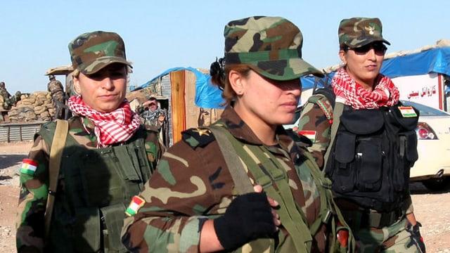 Eine schwer bewaffnete Gruppe Peschmerga-Kämpferinnen in Uniform.