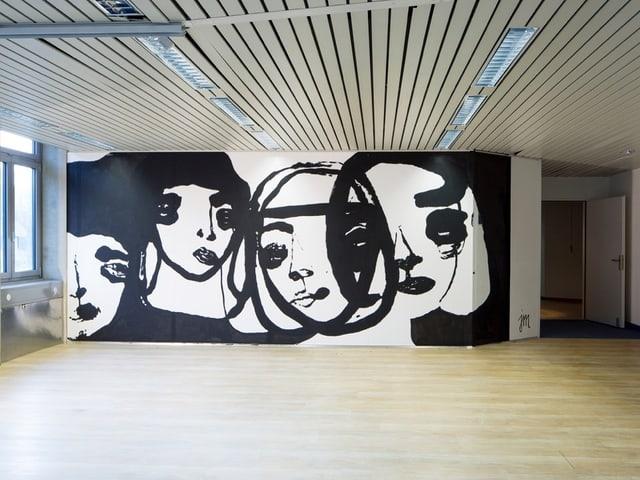 Künstler haben eine Wand in einem Baufälligen Gebäude mit Gesichern bemalt.