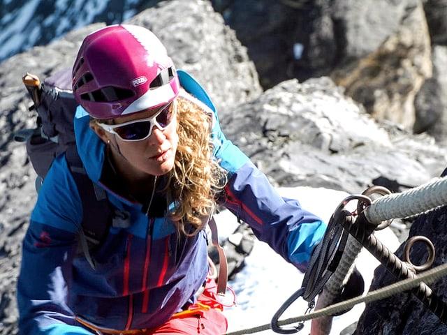 Annina Dähler am Seil beim Aufstieg