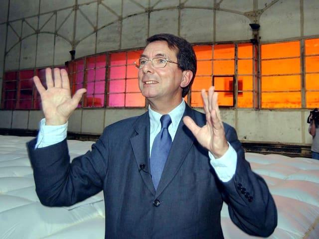 Gerard Mortier 2003 in Bochum im Bühnenbild der «Zauberflöte».