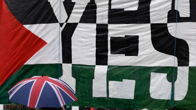 Palästina-Flagge mit «Yes»-Schrift vor Union-Jack-Regenschirm