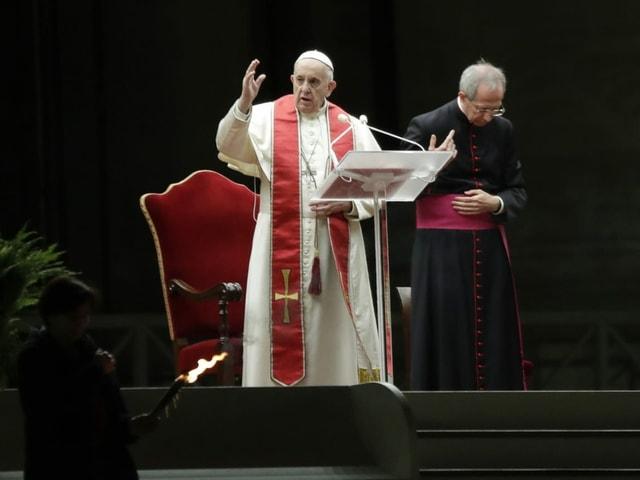 Papst vor Stuhl mit anderem Geistlichen