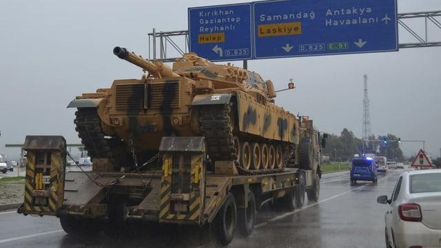 Panzer auf einem Lastwagen.