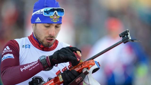 Anton Schipulin durant ina cursa da biatlon.