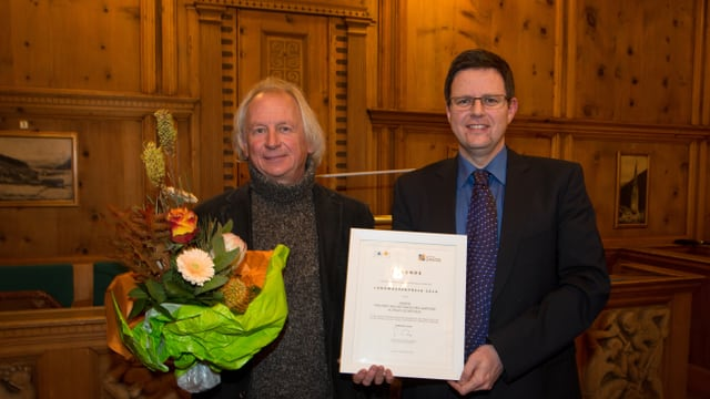 Il maister ortulan Klaus Oetjen e Christoph Hangartner, il president da l'uniun sa legran dal premi.
