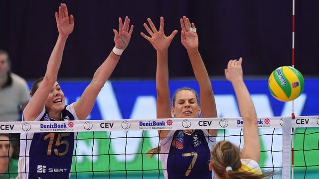 Die Russin Jekaterina Orlowa (l.) und die Ukrainerin Alessja Rychljuk (r.) beim Block.