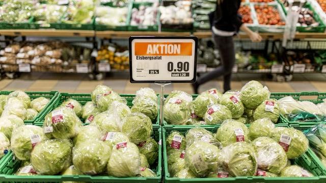 Gemüseauslage mit Eisbergsalat aus Spanien und dazugehöriges Aktionsschild