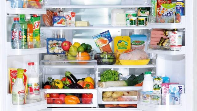 Prall gefüllter Kühlschrank mit Doppeltüre