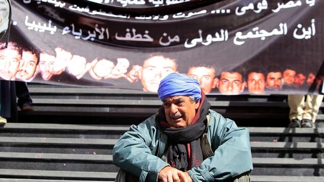 Ein Familienmitglied eines entführten Kopten weint bei einer Kundgebung.