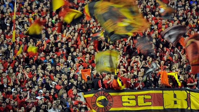 Hunderte Fans auf der vollen Stehrampe im Stadion.