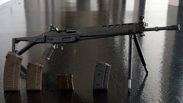 Ein Sturmgewehr mit Magazinen.