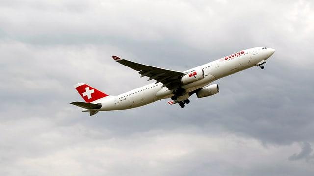 Ein Swiss-Flugzeug steigt in die Luft.