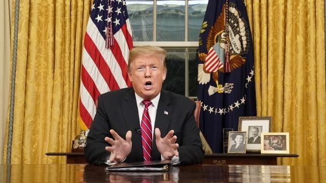 Trump tegna pled en oval office.