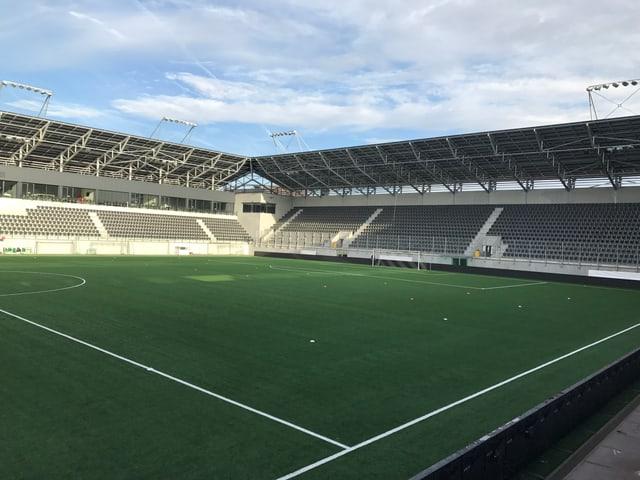 Blick in ein Fussballstadion mit leeren Tribünen