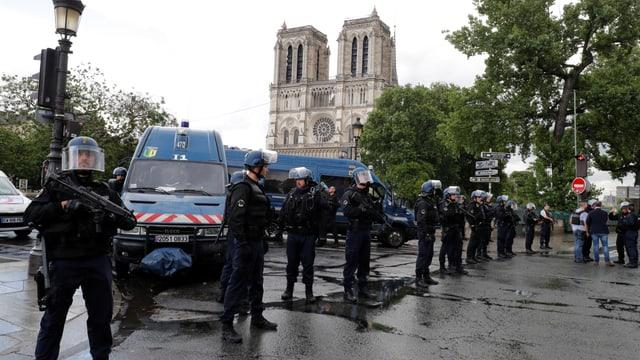Polizisten riegeln Notre-Dame hermetisch ab.