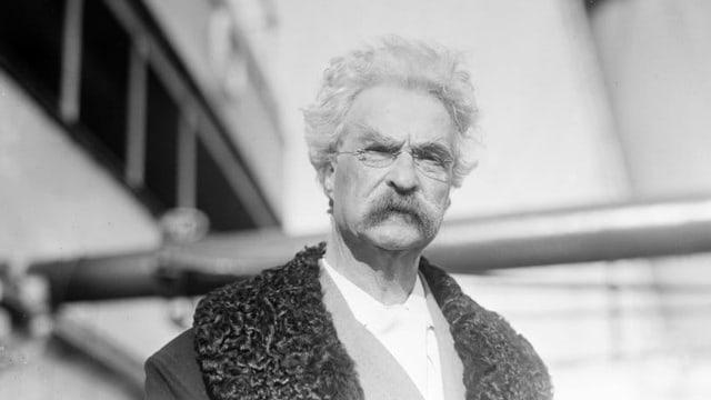 Schwarz-weiss Foto von Mark Twain.