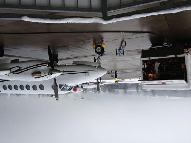 Ein WEF-Jet wird gerade nach der Landung getankt.