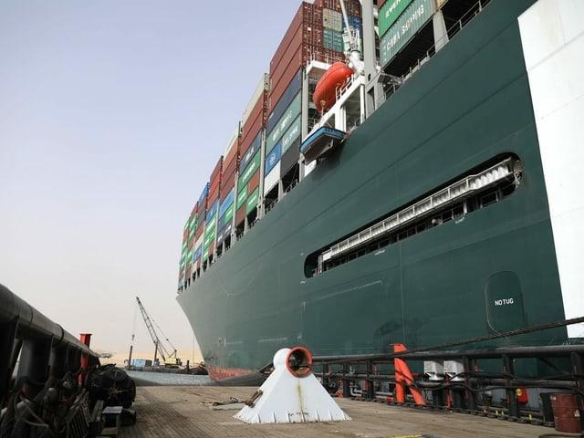 A foto fornecida pela Autoridade do Canal de Suez mostra o barco Evergiven preso a um rebocador.