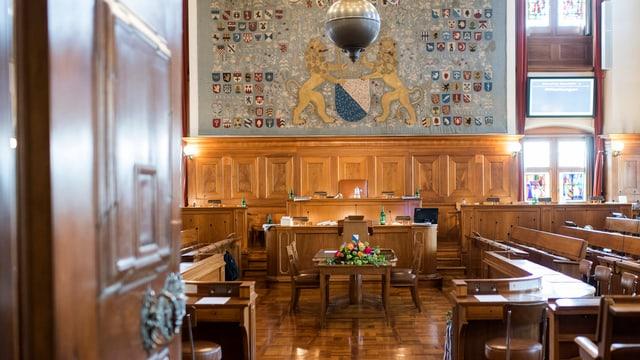 Blick durch die Türe in den leeren Ratssaal