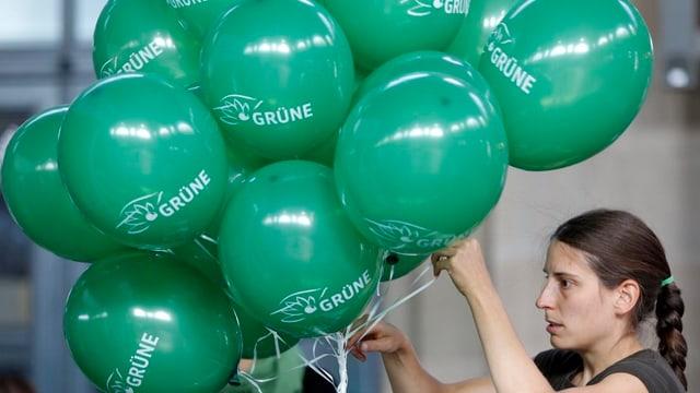 Grüne im Wahlkampf mit grünen Ballonen.