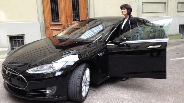 Leuthard steigt in Tesla.