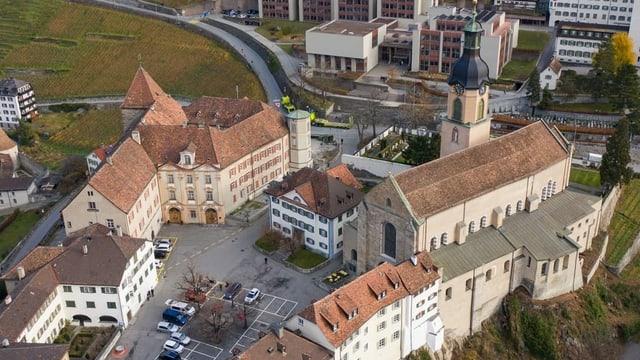 Catedrala e chastè da l'uvestg da surengiu.